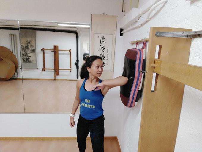 Grenzen ziehen. BE STRONG: Selbstverteidigung und Fitness für Frauen und Kinder. Selbstverteidigungskurs für Frauen in Zürich Oerlikon. Selbstverteidigungskurse für Frauen und Kinder in Zürich Oerlikon