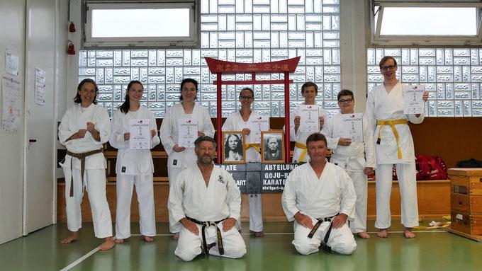 Unsere Karatekas mit unseren Trainern nach der bestandenen Kyu-Prüfung...