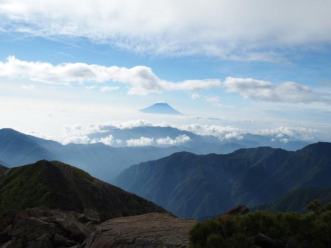 この日も気持ちよい晴れ日です。しかし富士山には笠雲がかかりお天気は崩れそうです。