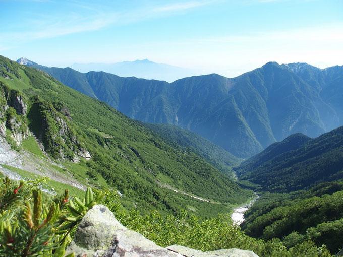 いよいよ大樺沢を延々と下山します。前回は残雪が多く大樺沢二股までほとんど雪渓を歩いた。                          ず~っと先に数年前に登ってきた思い出の八ヶ岳が見える。