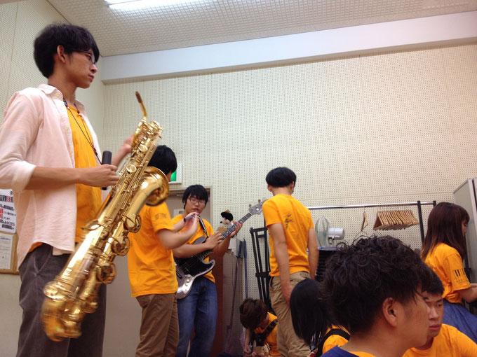 部員でいっぱいの音出し室...大所帯バンドあるある