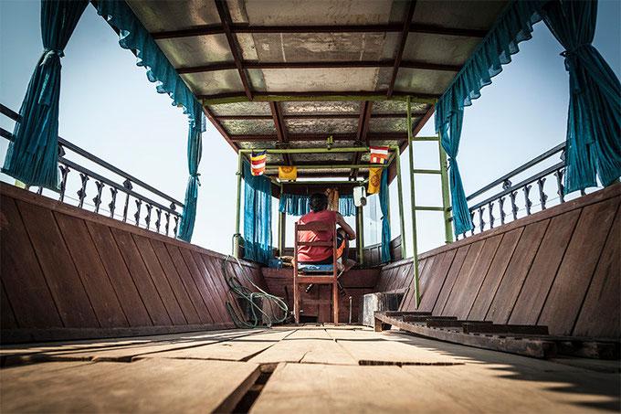 El susodicho laosiano gobernando la barcaza