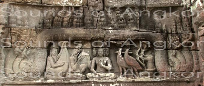 """Linteau est : """"À l'origine du Ramayana"""". La tête du second personnage à partir de la gauche a été replacée alors qu'elle a aujourd'hui disparu."""