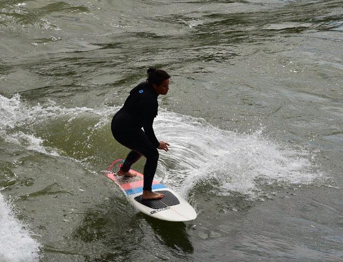 Surferin auf der Flusswelle in Bremgarten (AG)