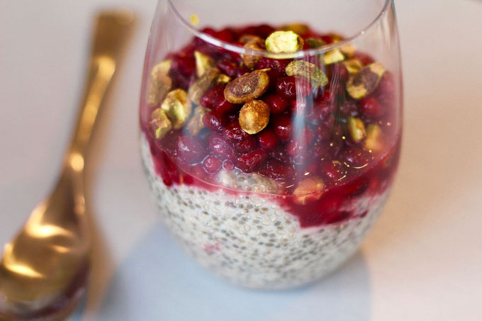 Want a healthy and easy overnight vegan recipe for weight loss? Try this Pomegranate Pistachio Breakfast Chia Pudding. It's full of protein and flavored with vanilla.
