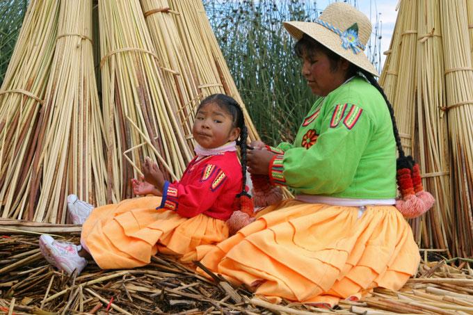Nendrinių salų gyventojos urų indėnė su dukra Titikakos ežere Peru