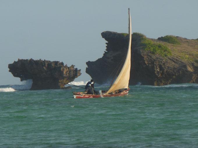 Bahía de Watamu, barco de pesca con pescadores frente al arrecife de coral