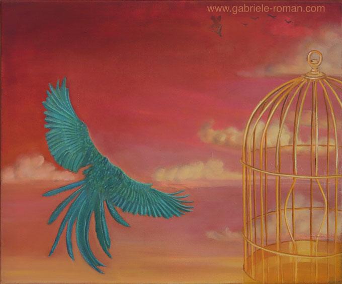Goldener Käfig mit aufgebogenen Gitterstäben, Papagei flieht, im Hintergrund: Raubvogel schlägt Vogel