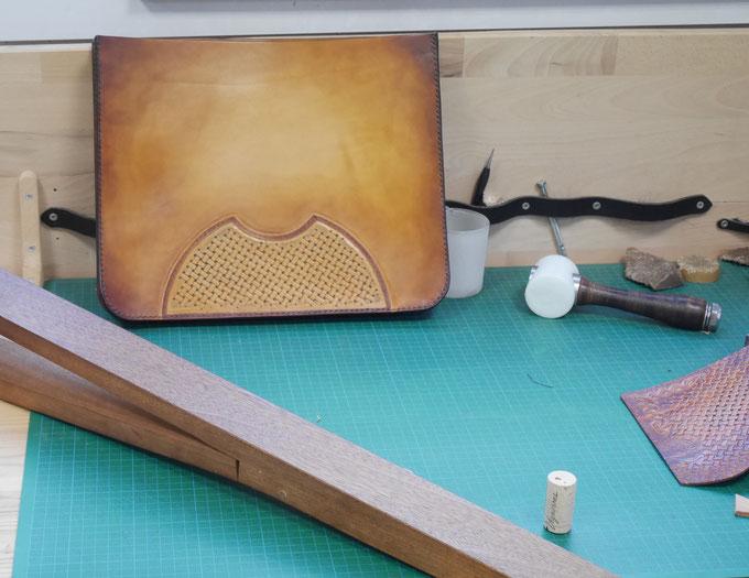 Sac en cours de réalisation lors du stage cuir