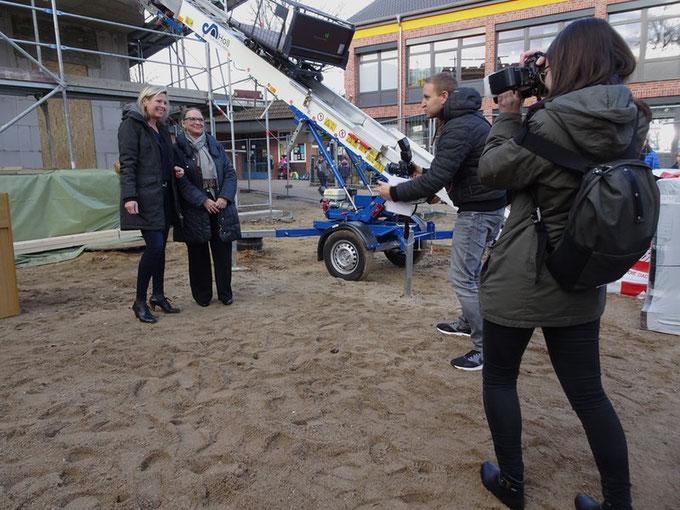 """Frau Roeder und Frau Arnold beim """"Pressetermin"""""""