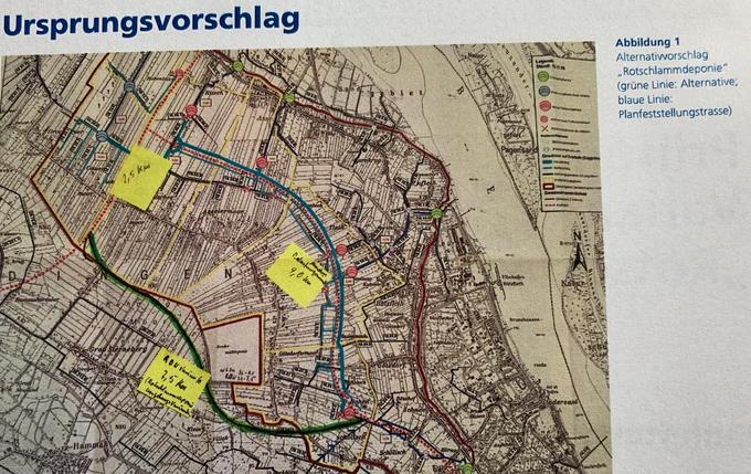 """Alternativvorschlag """"Rotschlammdeponie"""" (grüne Linie: Alternative, blaue Linie: Planfeststellungstrasse)"""