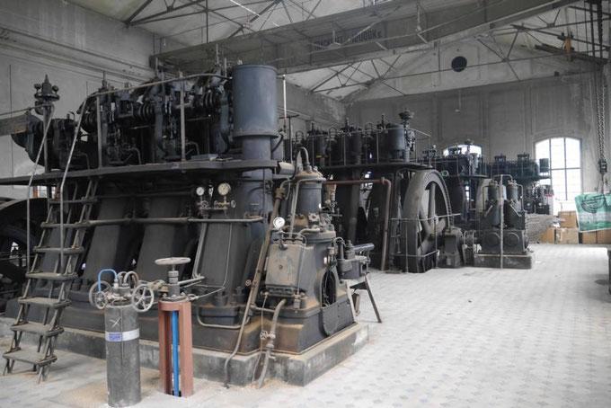 Frühere Dieselkraftwerkshalle (Dieselzentrale) in Schwechat, vier Dieselmotoren der Grazer Waggon- & Maschinen-Fabriks-Aktiengesellschaft