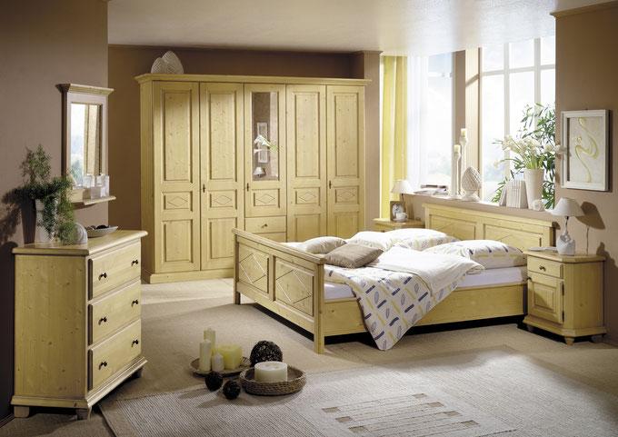 traumhaftes Schlafzimmer im Landhausstil aus Fichte gewachst