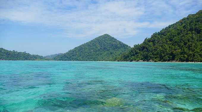 Die Anreise zu den Mu Ko Surin Nationalpark Inseln und deren Bungalow & Zelte. Schon im Boot bemerkt man das kristallklare Wasser. Perfekt zum Schnorcheln.