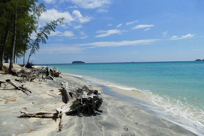 Der Strand von Koh Adang mit dem feinen weissen Sand und schönem blauen Meer. Gleich neben Koh Lipe, Thailand gelegen.