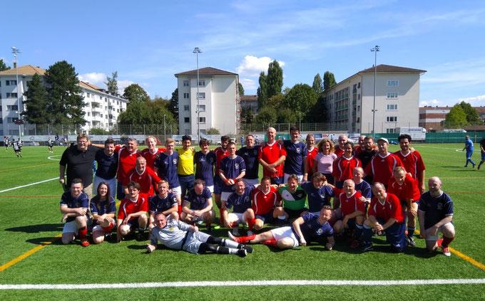 Die Fussballpoeten aus Schottland und der Schweiz nach dem Spiel am 8. September 2018