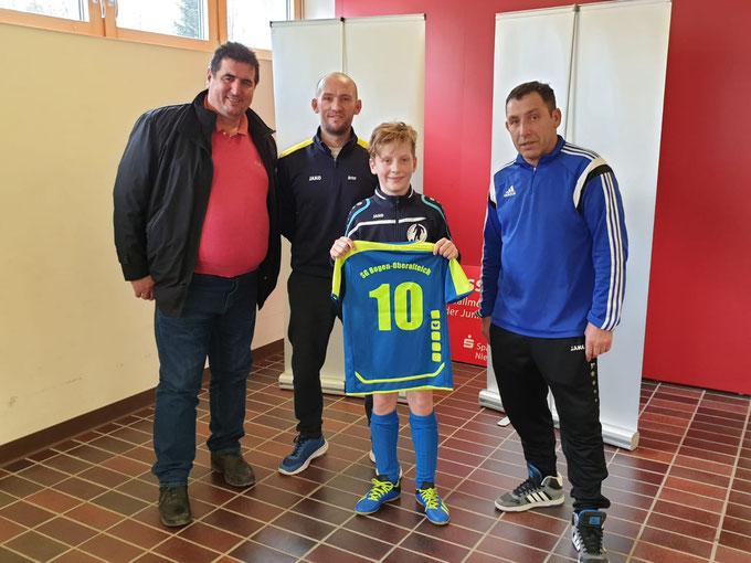 Bild:   Sadik Berisha von der SB Bau GmbH mit den beiden Trainern Artur Turban,   Alex Guman und dem E1 Jugend Spieler Jakob.