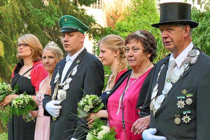 2016: Kaiserpaar Josef und Edeltraud Füstmann, Königspaar Theo Hernsel und Corinna Steermann mit den Ehrendamen Corinna Schäfer, Judith Schulze Icking