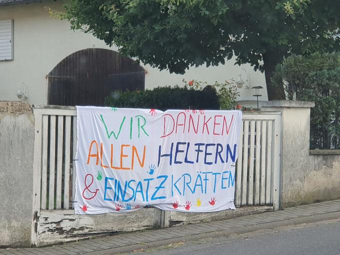 Ihr könnte es euch kaum vorstellen, wie dankbar die Menschen vor Ort sind! Hier ein Foto aus Ahrweiler persönlich aufgenommen durch unsere Helfer.