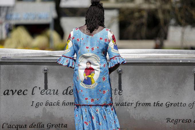 """""""Avec l'eau de la grotte..."""" Sanctuaire de Lourdes Aout 2016, période du Jubile de la Miséricorde pèlerinage national. © Patrick Tohier"""