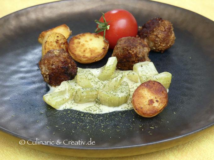 Scharfe Hackbällchen mit Schmorgurken und krossen Kartoffeln