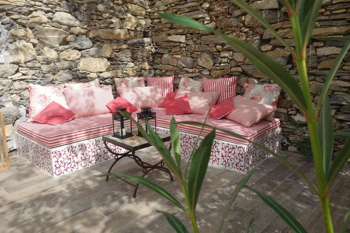 Ein idyllischer, kuscheliger Platz. Überdacht. Ideal für laue Nächte im Freien.