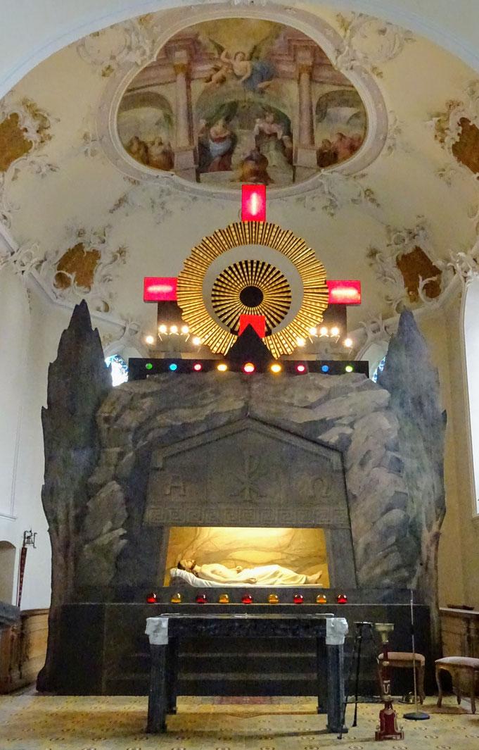 Das Heilige Grab in Au, Bregenzer Wald, ist das größte in Vorarlberg (9m hoch und 5 m breit). Auf der Rückwand führt eine Inschrift den Maler Franz Rösner an und deutet auf das Entstehungsjahr 1935 hin. - Foto: Howilar Krippelar