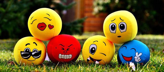 boule-en-mousse-representant-les-6-visges-des-emotions-joie-tristesse-degout-peur-colere -surprise