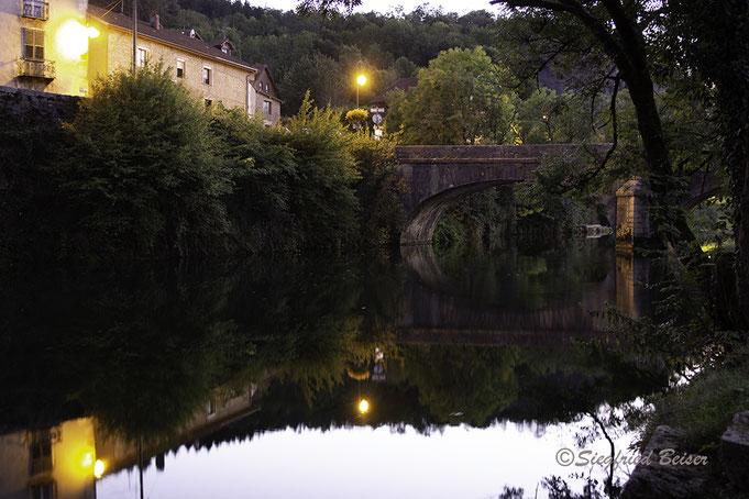 Alte Steinbrücke über die Loue in Ornans. Französisches Jura. Siegfried Beiser Photography.