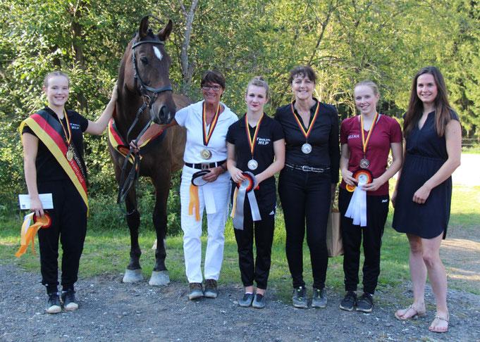 Die Siegerin und die Platzierten in der Bezirksmeisterschaft Einzel Junioren des Pferdesportverbandes Moselland