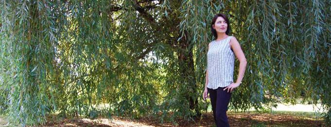 Lisa Ringen steht vor einem Baum, einer Weide und sinniert darüber, ob sie sich beim Registrieren ihrer Domains nicht doch vertan hat. Hmm