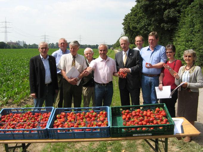 Bild RP: Der Landrat auf dem Hof bei Bauer Bossmann und seinen Erdbeeren.