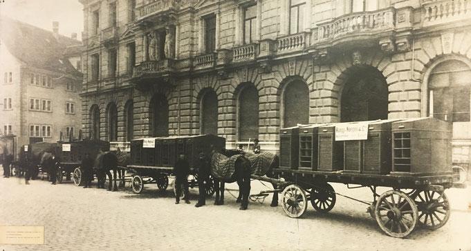 Um 1915 Büromöbellieferung mit Pferdefuhrwerken am Paradeplatz vor der Kreditanstalt