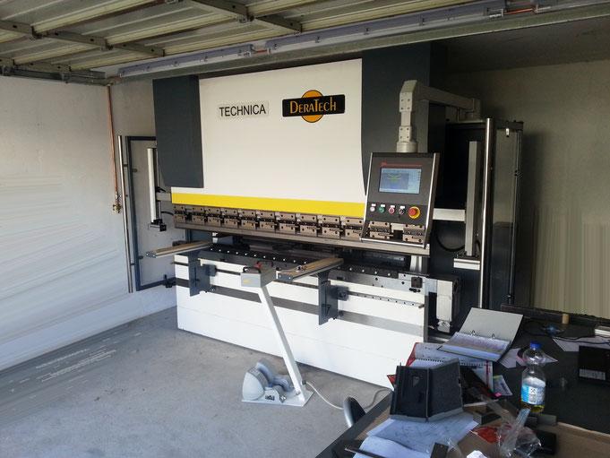 hier die neue CNC Abkantpresse, 80t Druckkraft auf 2500mm (zwischen den Ständern 2000mm!)