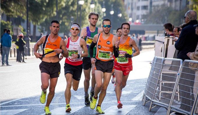 Steffen läuft 02:32:52 Stunden beim Marathon Valencia Trinidad Alfonso - hier bei Kilometer 30 (Foto: www.tufotocorriendo.com)