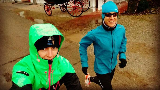 Freundin Moni begleitet Steffen beim Training auf dem Bike - hier beim letzten Tempodauerlauf über 15 Km in 53:53 Minuten.
