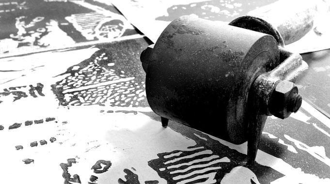 Workshops für Druckgrafik, Siebdruck, Linolschnitt, Monotypie, Papierschöpfen