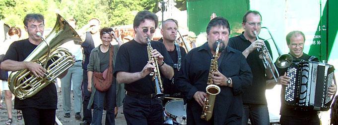 Einige Musiker der Brigade d'Intervention Musicale BIM, 2003 im Fonds de Gras, Lux. (Foto: theophil schweicher)