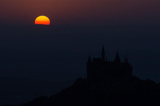Sonnenuntergang an der Burg Hohenzollern zur Sommersonnenwende.