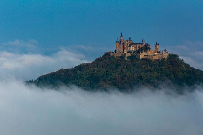 Zur Mittagszeit während es Nebeltages wird die Seitenansicht der Burg im Winter perfekt ausgeleuchtet.
