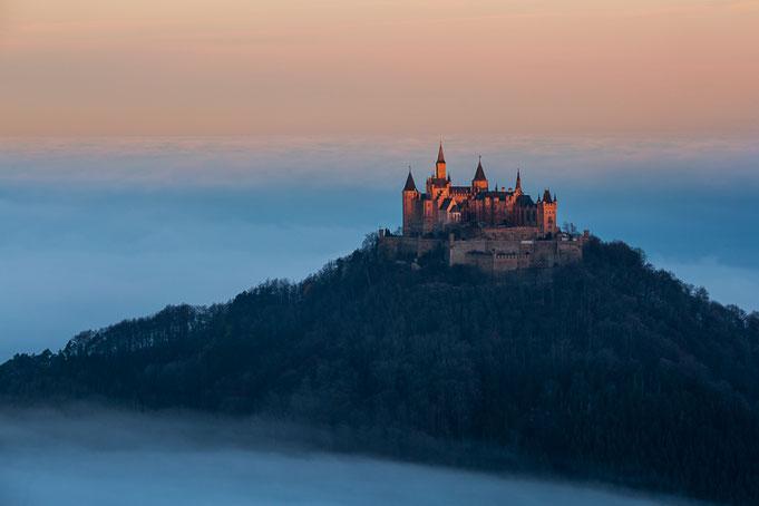 Sonnenaufgang an der Burg Hohenzollern.