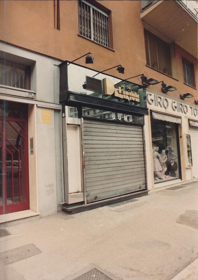 Foto del 1991. Prima di noi in viale Libia 158 c'era un negozio di abbigliamento da donna. Il suo nome era Delirium. I primi mesi abbiamo mantenuto l'insegna del negozio precedente, pur introducendo l'abbigliamento da uomo. Solo dopo abbiamo ristrutturato