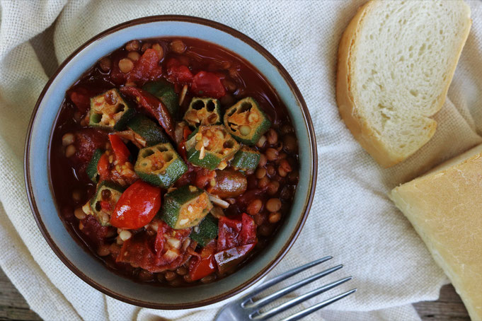 Okraschoten in Tomaten-Linsentopf