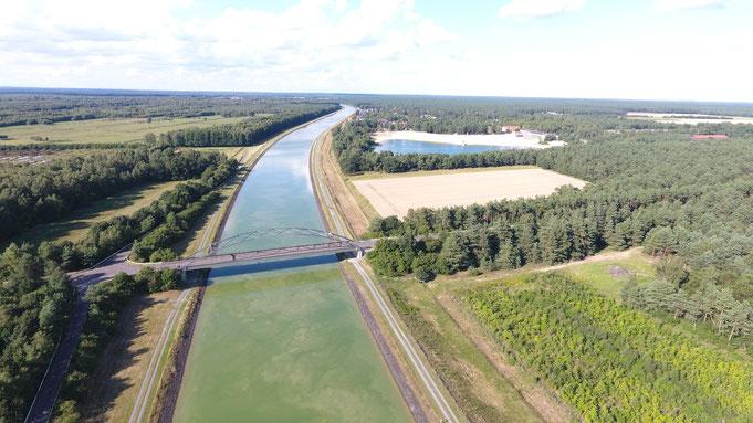 Der Elbe-Seitenkanal in nördliche Richtung und der Bernsteinsee. Im Vordergrund die Stüder Heudamm Brücke.