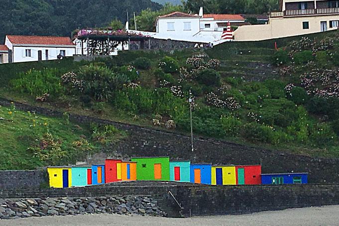 Bunte Fischerhütten am Fuß der Berge und am Strand Sao Miguel (Azoren, Portugal), Die Welt ist vielfarbig und vielfältig. Gott-sei-Dank!