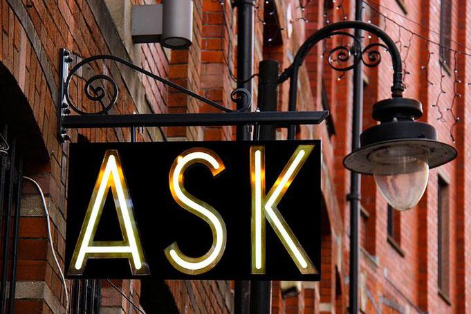 Ask-Leuchtschild an Ladenlokal, Fragen bringt weiter. Immer!