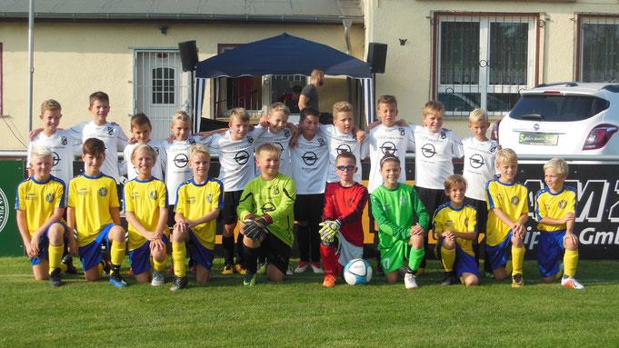 Die Spieler von Zöschen (weiß) und Lok Leipzig (blau-gelb) vor ihrem Spiel gegeneinander.