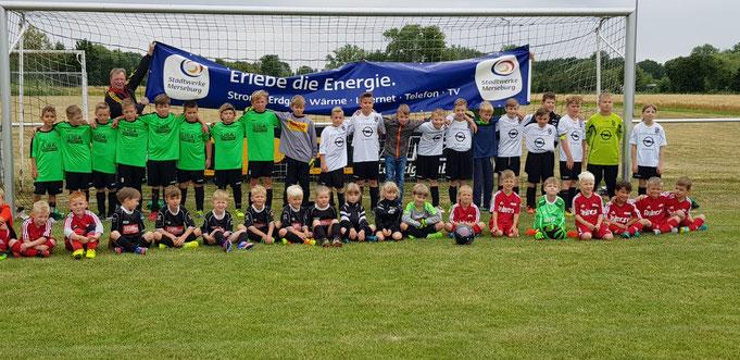 Die Spielerinnen und Spieler der G- und E-Junioren des SV Zöschen, SV Braunsbedra und Motor Halle.