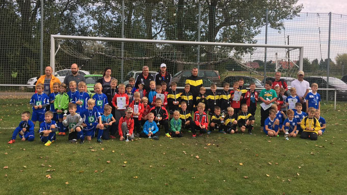 Die Mannschaften beim Silberberg Cup (v. l.): TSG Großlehna, SV Zöschen, SG Spergau I, SV Beuna, SG Spergau II, SV Günthersdorf