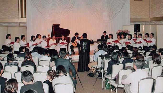 生徒の保護者で構成された合唱団「セシリア・マザーズ」